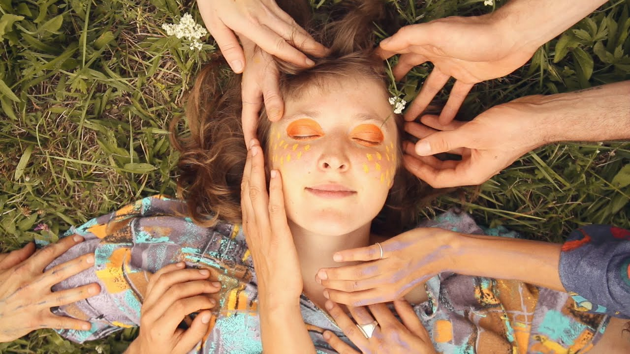 "Alicia Edelweiss Screenshot from ""Leonie"" music video"